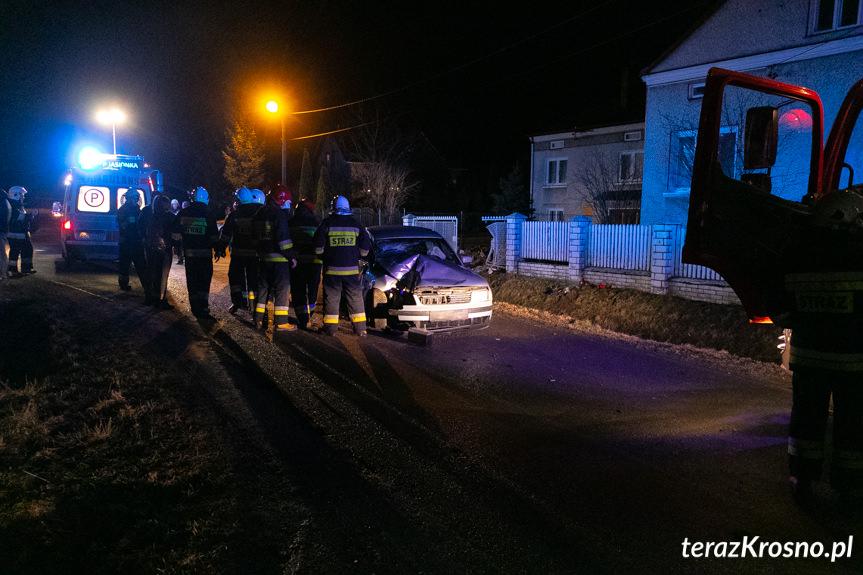 Jasionka. Samochód uderzył w ogrodzenie