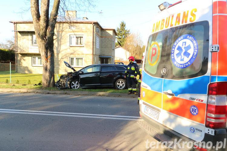 Jedlicze: Toyota uderzyła w drzewo