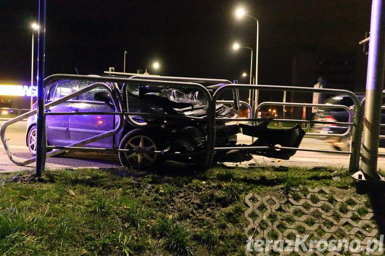 Opel wjechał w barierki