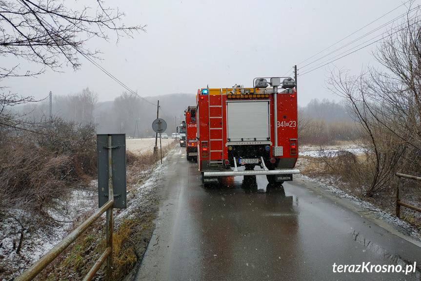 Samochód ciężarowy poza drogą