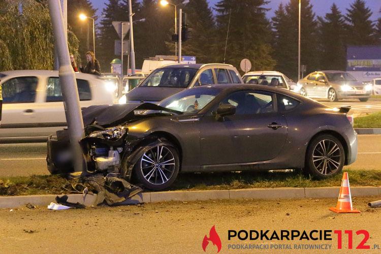 Subaru uderzyło w słup