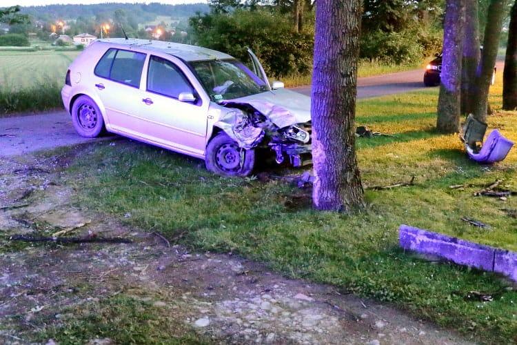 Uderzył samochodem w drzewo