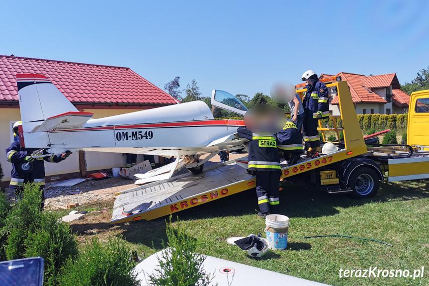 Usuwanie wraku samolotu po wypadku w Krośnie