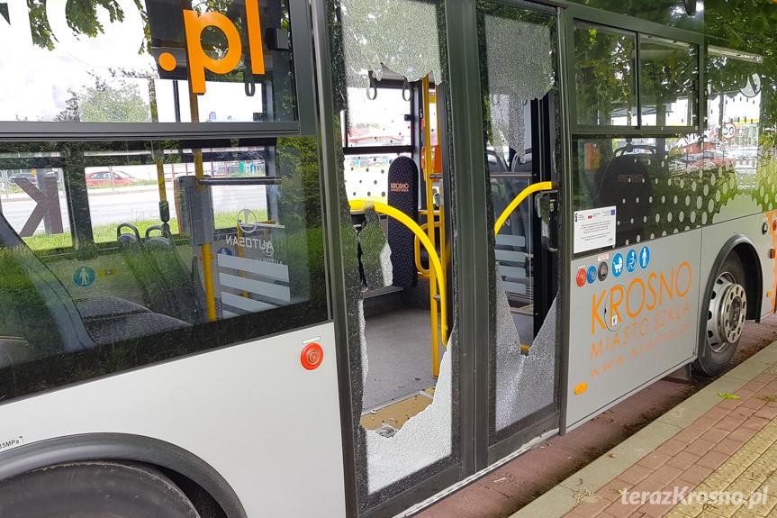 Uszkodzony autobus i zerwania linia