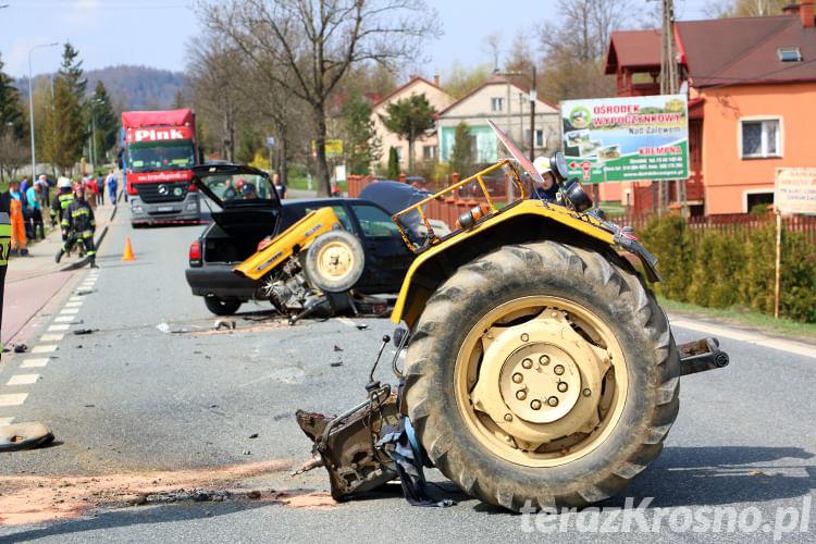 Wypadek w Głojscach, zderzenie samochodu i ciągnika