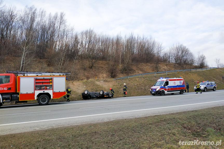 Wypadek w Rogach. Zderzenie samochodu z maszyną budowlaną