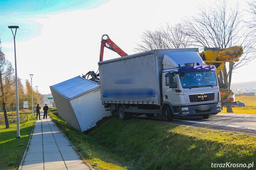 Wywrócona ciężarówka na DK28