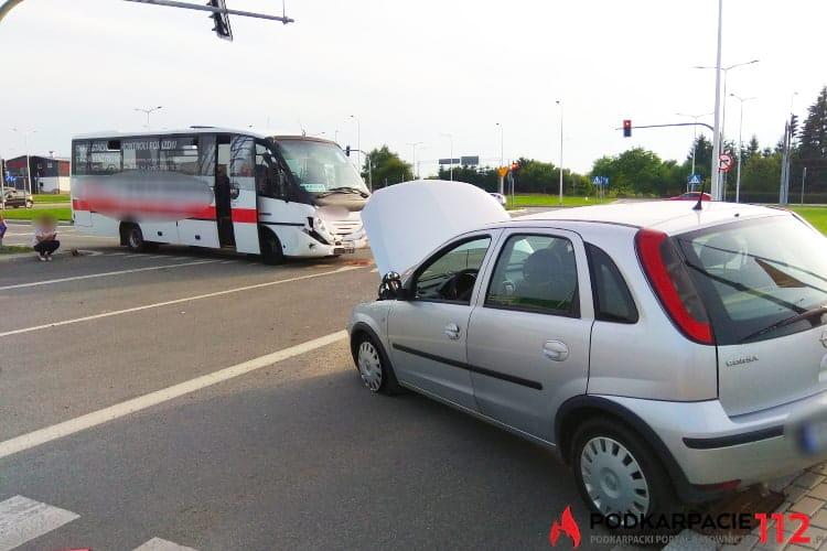 Zderzenie autobusu i osobówki