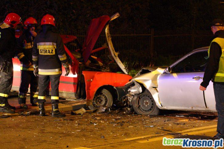 Czołowe zderzenie dwóch samochodów w Krośnie