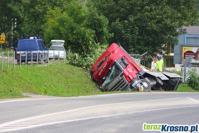 W Zboiskach ciężarówka wjechała do rowu