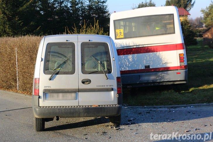 Zderzenie autobusu z samochodem osobowym w Ustrobnej