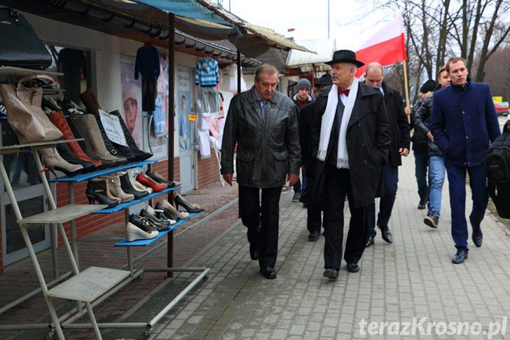 Janusz Korwin-Mikke w Krośnie na placu targowym