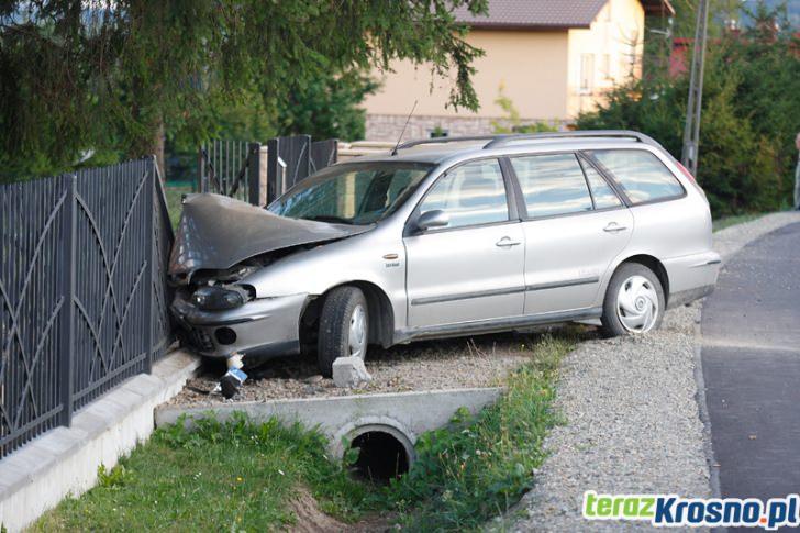 Pijany 34-latek uderzył w ogrodzenie posesji