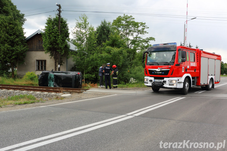 Renault wypadło z drogi w Przybówce