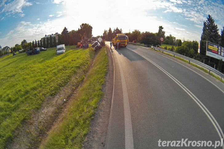 Krosno - Akcja wyciągania ciężarówki z rowu