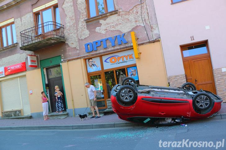 Dachowanie Renault w Krośnie na ul. Czajkowskiego
