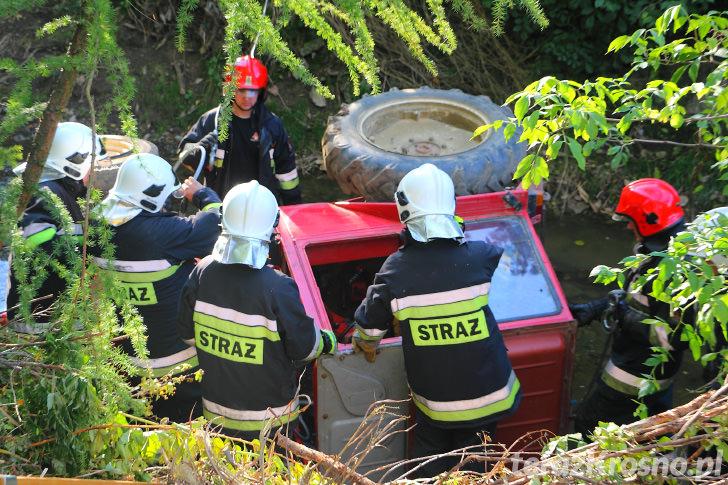 Ciągnik wpadł do potoku w Lubatówce