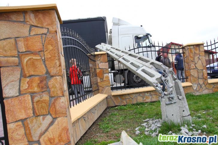 Tir zahaczył o linię telefoniczną w Świerzowej Polskiej